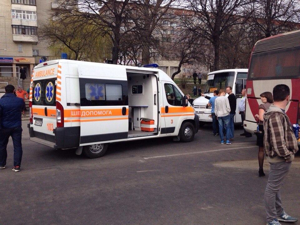 Ужасная трагедия: В Киеве перевернулся микроавтобус. От увиденного мурашки по коже (ФОТО)