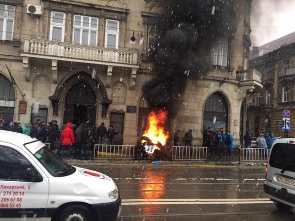 Львов охватилпроизвол судей: в центре города десятки людей подожгли шины. Известна причина их действий (ФОТО, ВИДЕО)