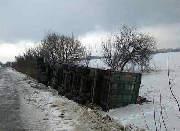 Кругосветка мусора продолжается! В Черкасской области перевернулся грузовик с львовским мусором