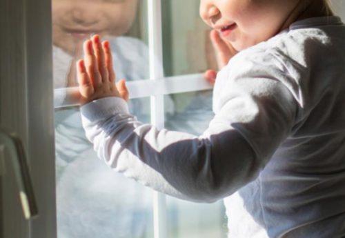Ночью четырехлетняя девочка выпала с балкона. А мать в это время…