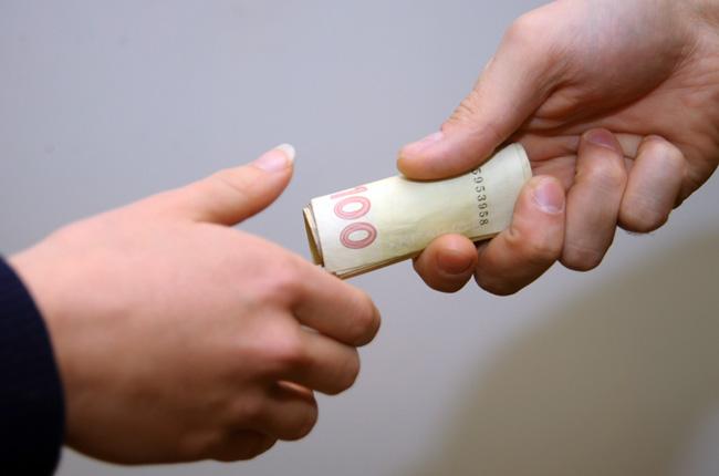 В Украине средняя взятка составляет 1350 евро при зарплате в 144