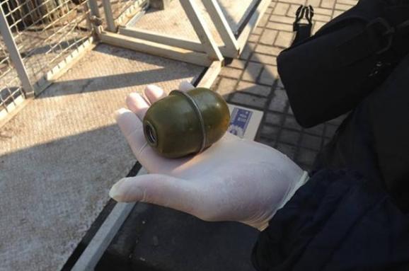 Чем он думал?: во время чествования героев Небесной сотни в центре Киева поймали молодого человека с гранатой (ФОТО)