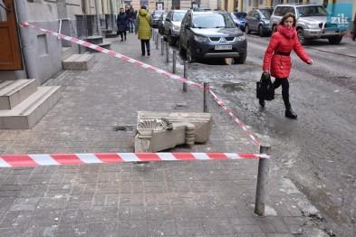 Будьте осторожны!!! В самом центре Львова обвалился балкон, девушка чудом спаслась от гибели