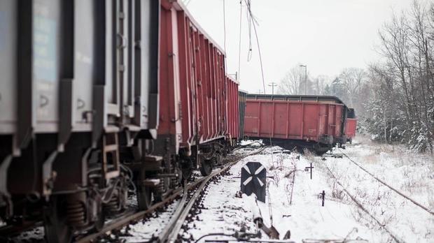 Страшное бедствие: В Киеве от столкновения с грузовым поездом 9 вагонов сошли с рельсов