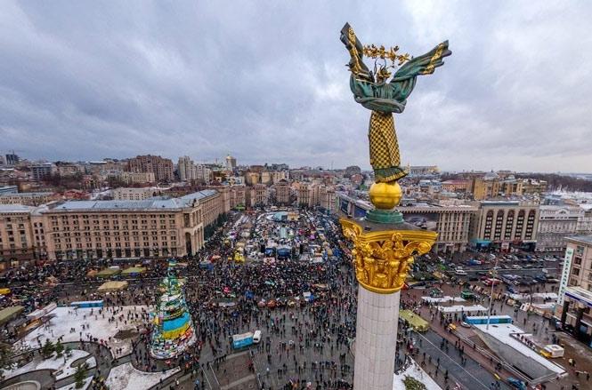 Участники «веча» с Майдана зашли с петардами под «Укрэнерго»