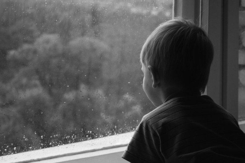 Родители закрыли трех мальчиков в каморке и пошли кутить на несколько дней