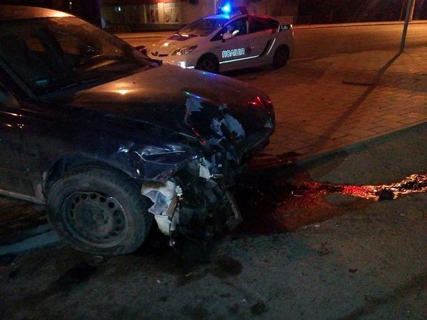 Утреннее ДТП во Львове, автомобиль влетел в витрину супермаркета