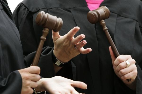 Запахло жаренным: двое скандальных судей подали в отставку