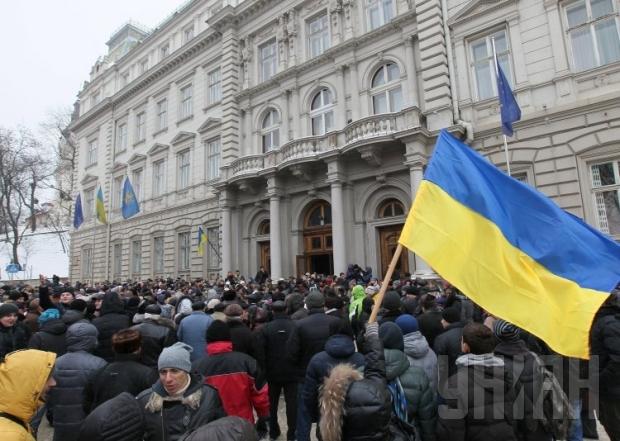 Что же там творится? Активисты штурмуют Львовскую ОГА