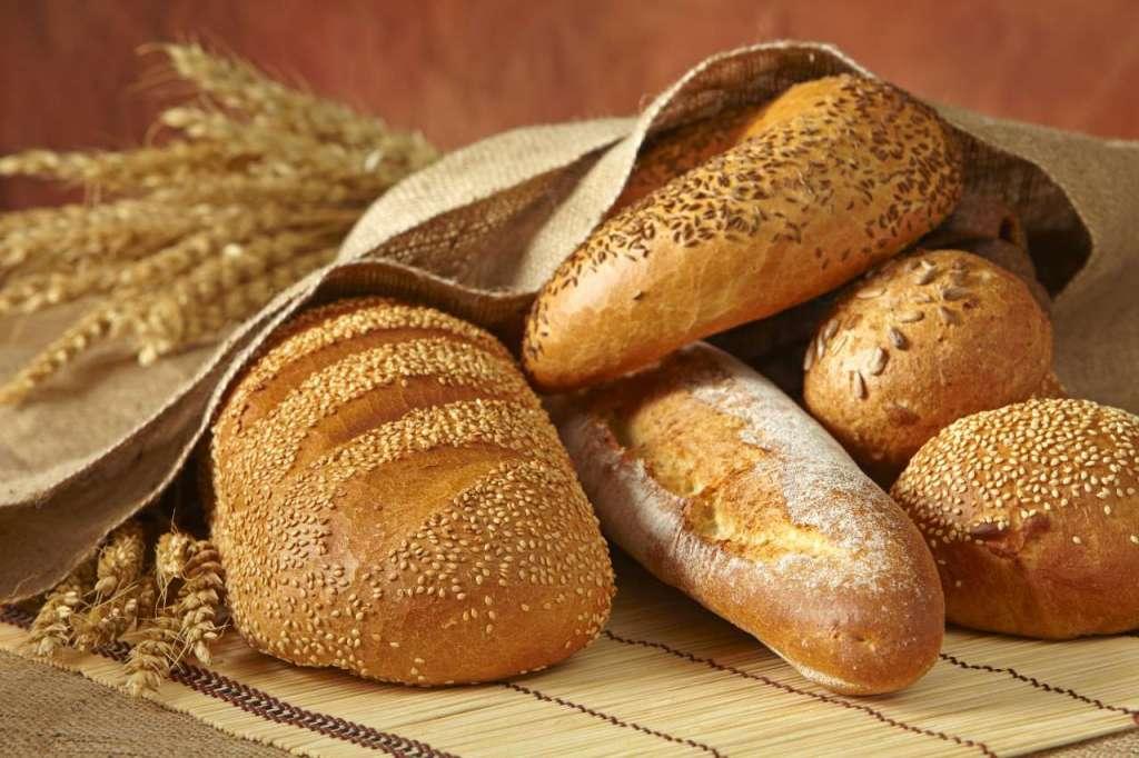 Вот чем нас кормят!!! Во Львове продают хлеб с червями (ФОТО)