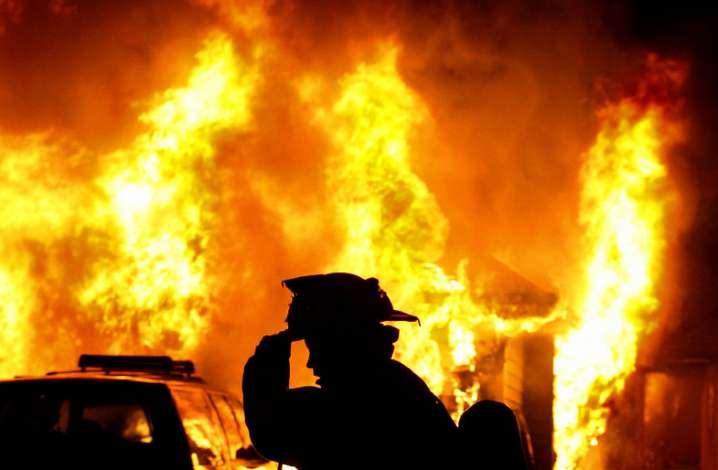 Целого ничего не осталось: в Киеве масштабный пожар уничтожил жилой дом. Пострадавшие в тяжелом состоянии (ФОТО, ВИДЕО)