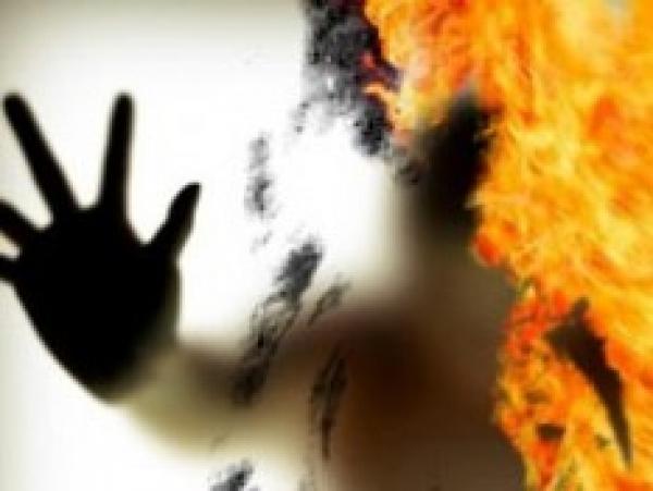 Волосы дыбом! Женщина пыталась сжечь себя в собственном дворе