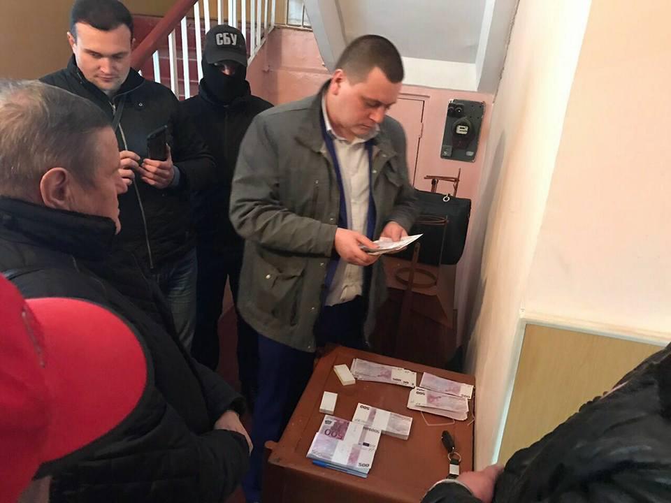 Бессовестный: на Киевщине главу сельсовета поймали на огромной взятке в 250 тыс. евро (ФОТО)