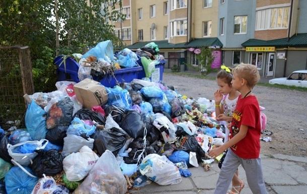 Львов снова тонет в мусоре: стало известно, кто подаст руку помощи городу