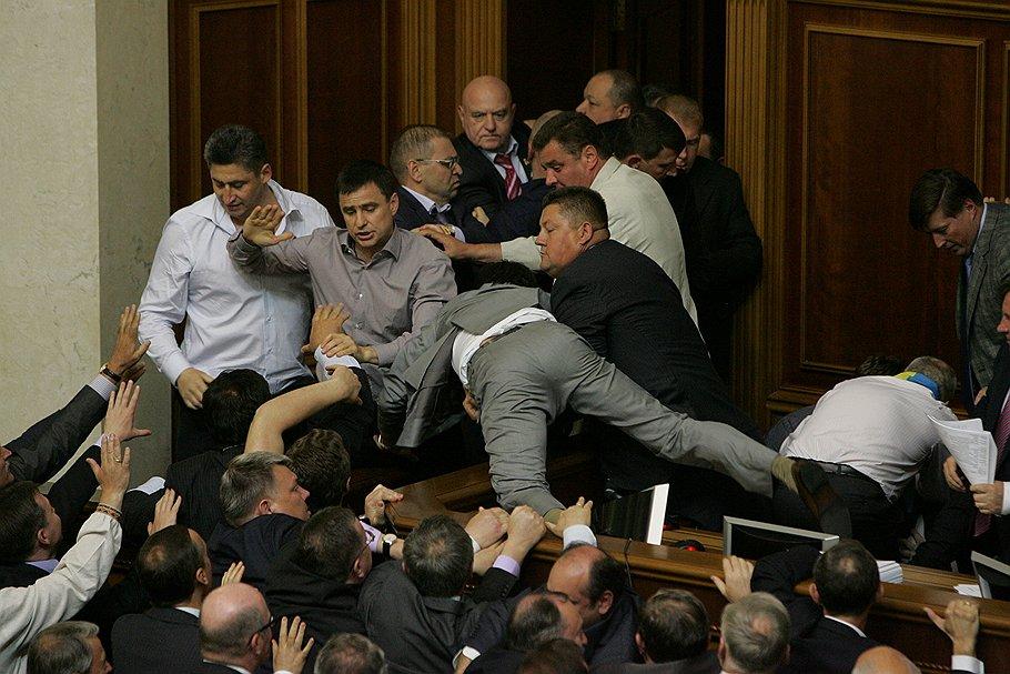 Еще те боксеры: в Киевсовете подрались депутаты из-за Кличко (ФОТО)