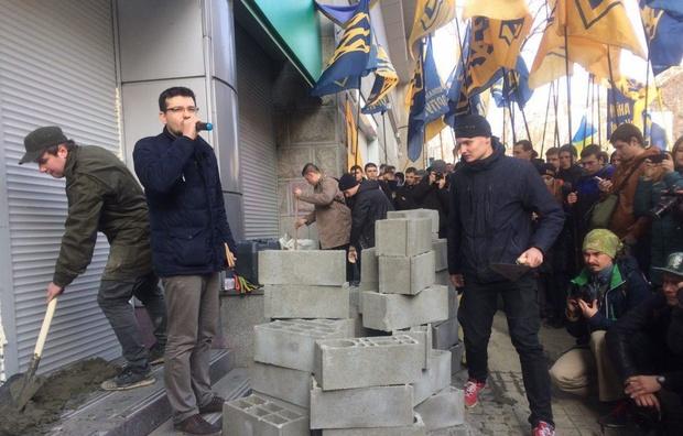 «Азов» и «Правый сектор» замуровывают отделения «Сбербанка России» в Киеве (ФОТО)