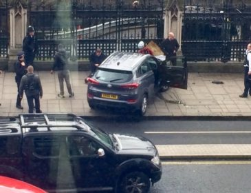 Жуткое зрелище: у Британского парламента неизвестные наехали автомобилем и расстреляли людей. Есть умершие и десятки раненых