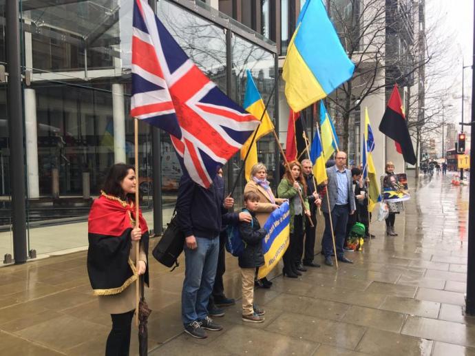 Активисты снова пикетировали апартаменты Ахметова в Лондоне