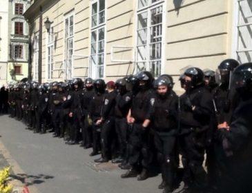 Что же там творится!!! Во Львове под Ратушей собрались протестующие, подробности впечатляют