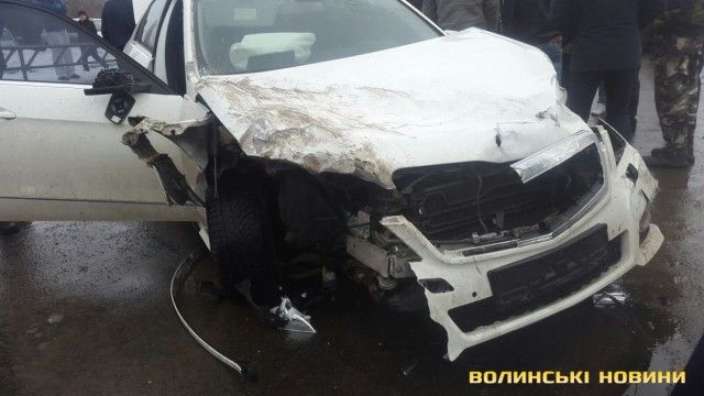 Аж слезы выступают: пьяный водитель на иномарке сбил маму с сыном (ВИДЕО)