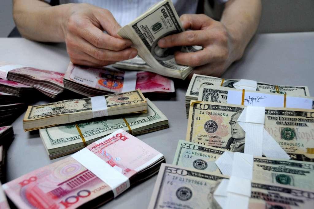 Украинцы массово сносят валюту в обменники. Такой ажиотаж вызван…