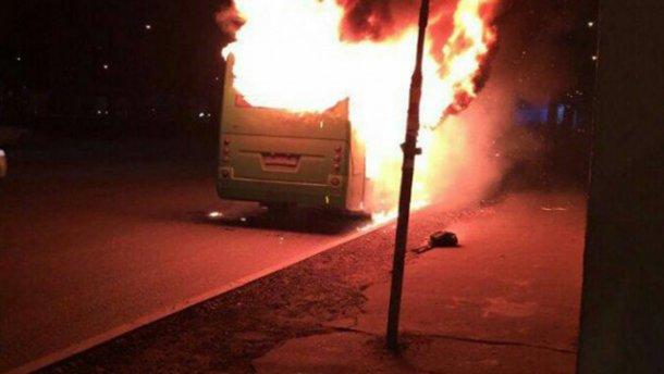 Жуткие кадры: маршрутка полностью сгорела в Киеве. Целого ничего не осталось (ФОТО)