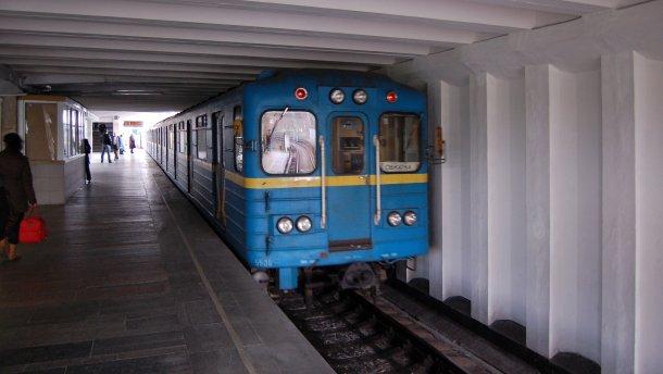 В Киеве мужчина упал на колею метро
