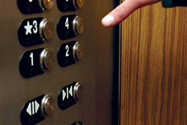 Просто ужас! В Харькове двое людей упали в шахту лифта