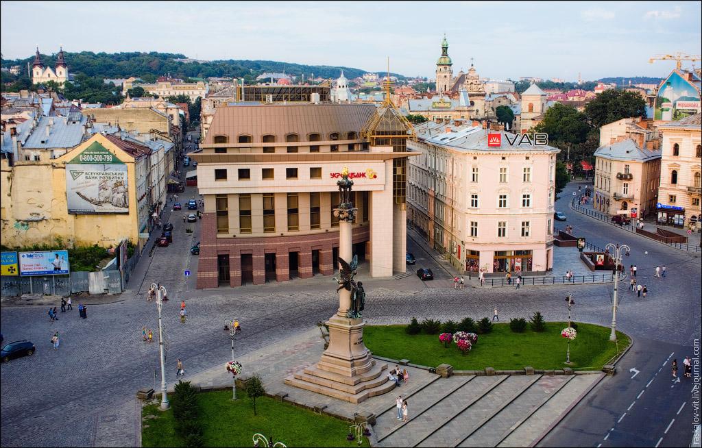 Женщина умерла при входе в банк в центре Львова