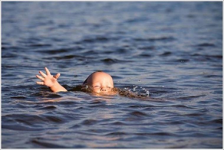 Страшное горе: Трехлетний мальчик утонул, пока отец возился на огороде