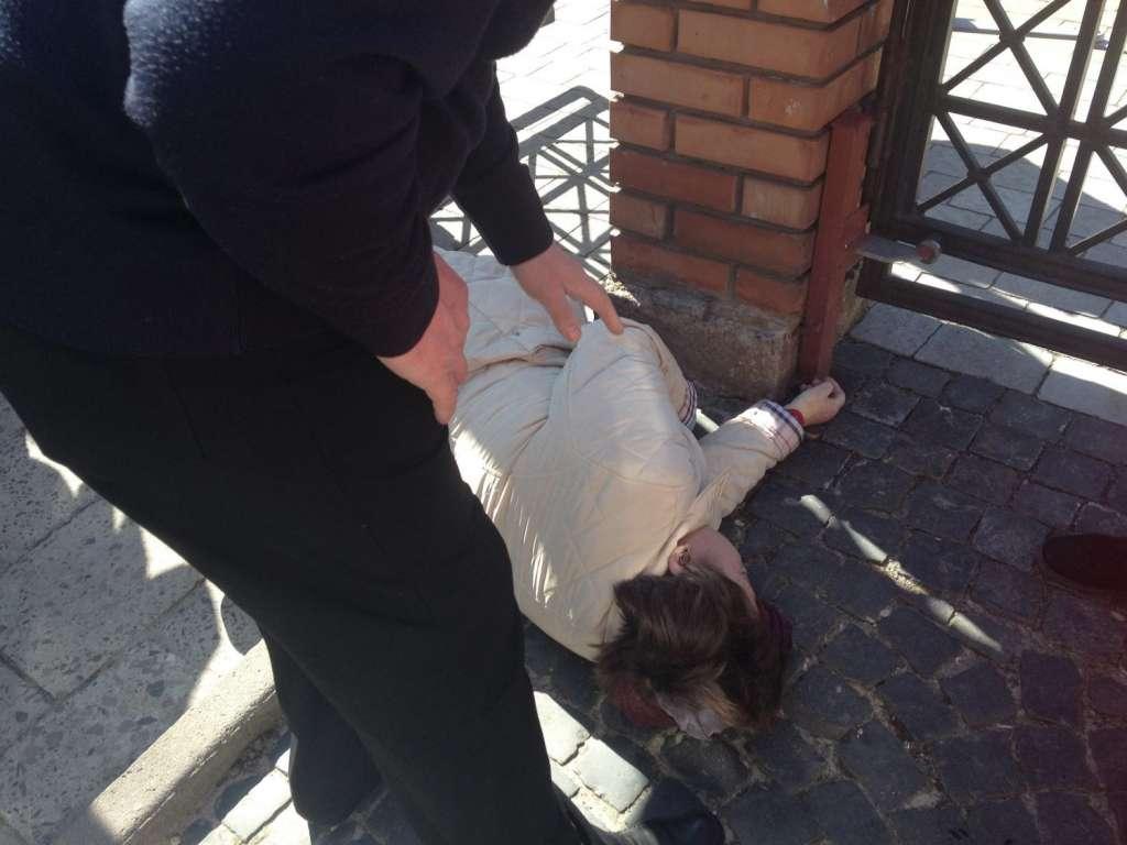 Во Львове женщина неожиданно умерла возле церкви, личность устанавливается