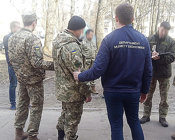 Бессовестные: на взятке задержали военного и чиновника РГА (ФОТО)