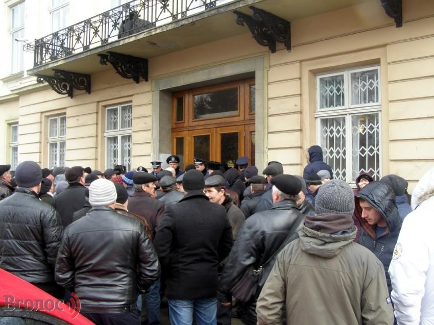 Срочно! Львовский областной совет пикетируют. Причина вас поразит (ФОТО)