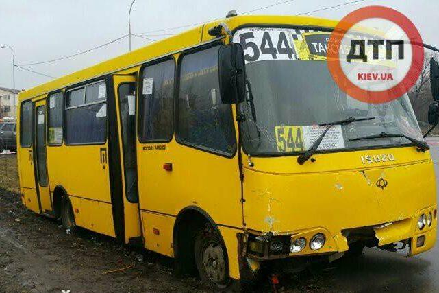 СРОЧНО! В Киеве вооруженный мужчина угнал маршрутку, есть раненые