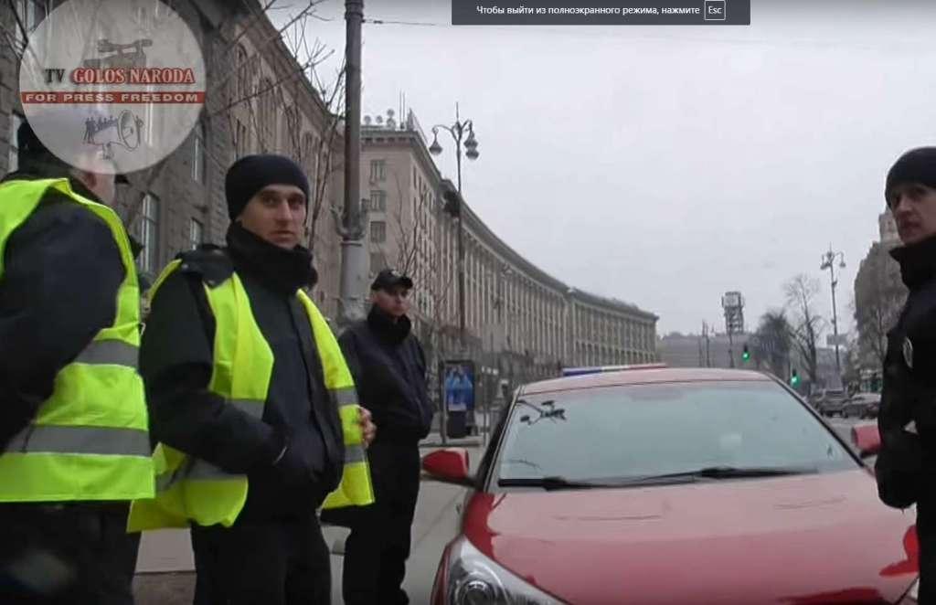 Цирк на проводе: в центре Киева полицейского «положили» на асфальт (ВИДЕО)