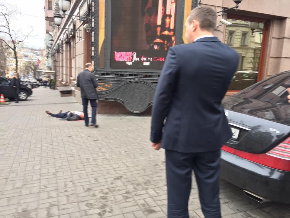 «ОН ЖЕ МЕРТВЫЙ ЛЕЖИТ»: Появилось новое видео с места убийства Вороненкова! Смотреть страшно (ВИДЕО 18+)