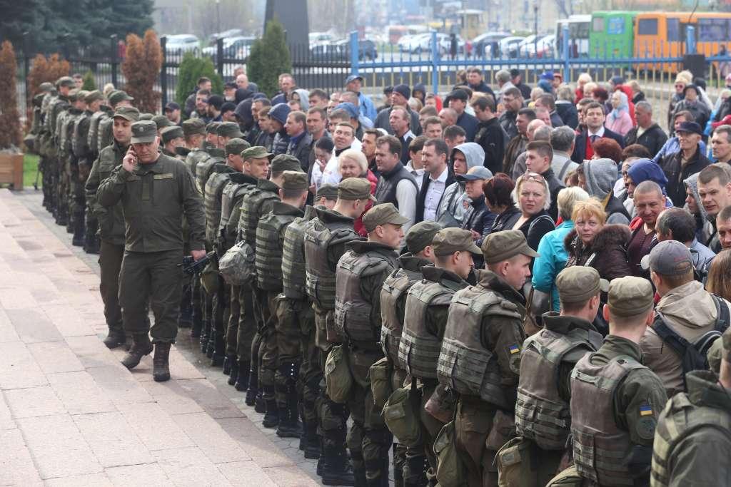 Срочно! Что происходит в центре столицы? Массовая драка с участием полиции. Узнайте шокирующие подробности!