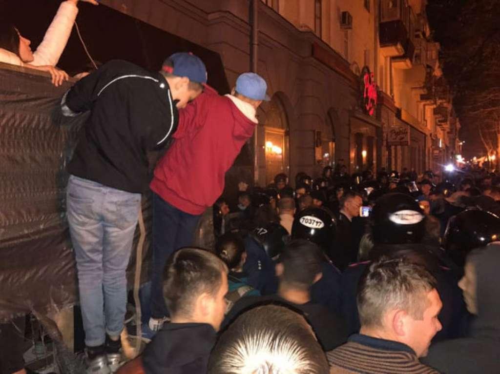 СРОЧНО! Что творится в Полтаве? Массовая драка с участием частных охранников, полиции и толпы. Подробности возмущают