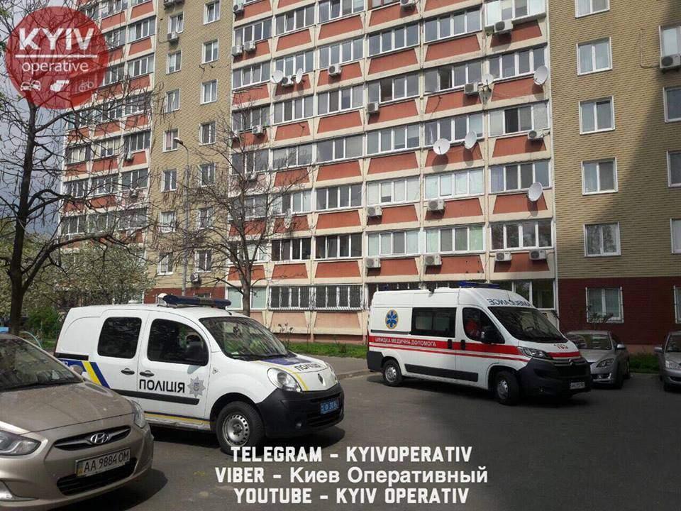 В Киеве мужчина выбросился из окна, подробности этого самоубийства шокируют (ФОТО 18+)