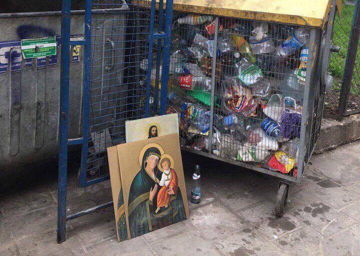 НЕДОПУСТИМО! — Во Львове на помойку выбросили старые иконы, сеть в спорах. Священники возмущены