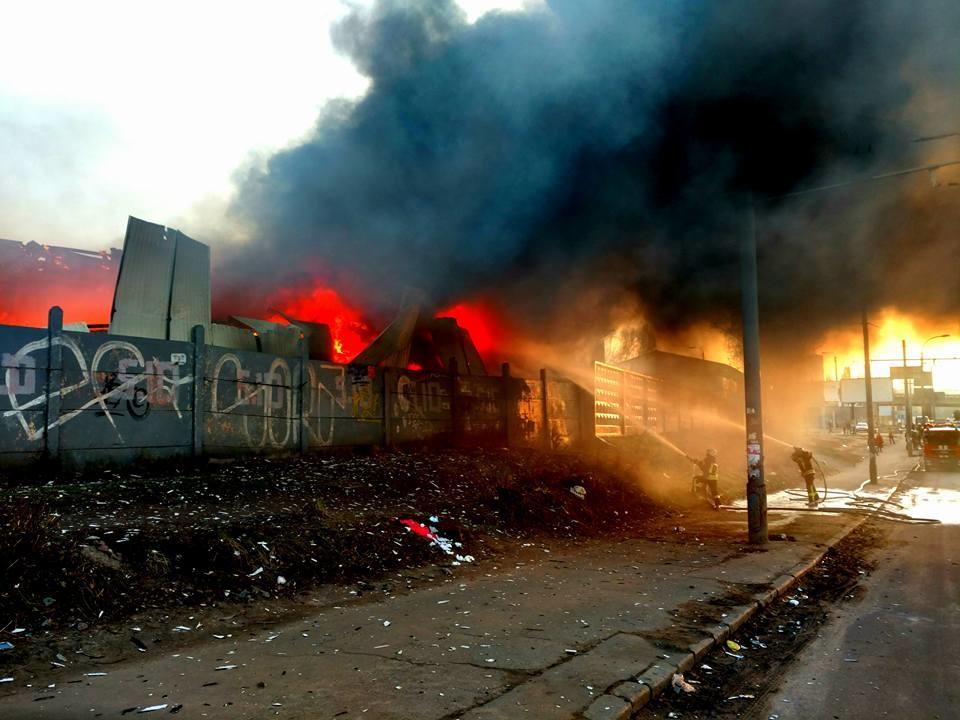 ВСЕ В ОГНЕ: В Киеве масштабный пожар. Кадры с места событий ШОКИРУЮТ (ФОТО)