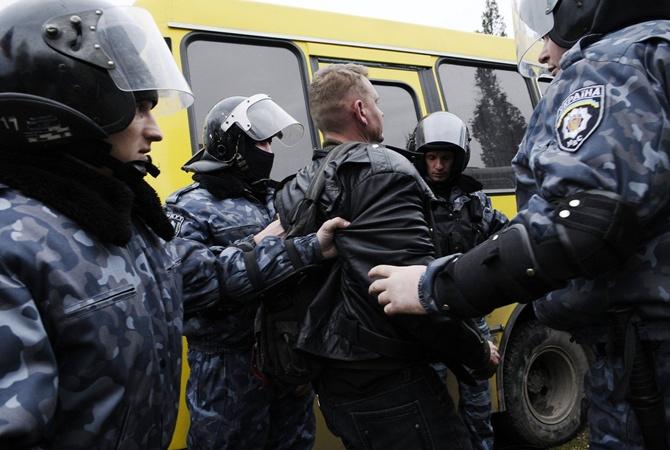 Били, издевались, травили газом: Женщина платила полиции за нападения на своего мужа