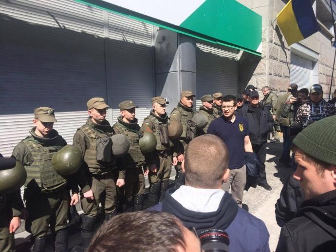 СРОЧНО! Что же там происходит? В центре Киева массово собираются люди. Нацгвардия тоже здесь.