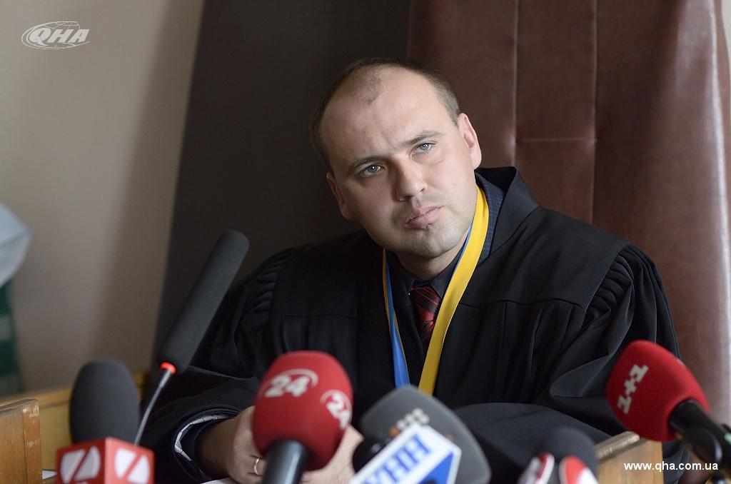 «Бухает» на работе и перечисляет взятки за столом: столичный судья потряс наглостью и беззаконием