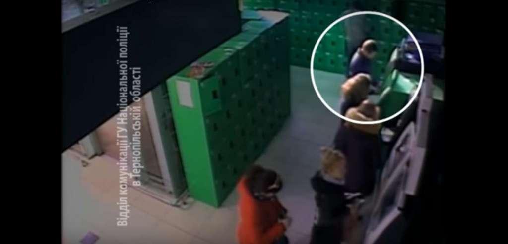 Ограбление года: мир еще не видел такой дерзости. Как грабитель вытащил деньги из банкомата на глазах у людей!(ВИДЕО)