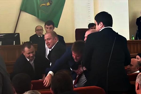 Клоунада в Харьковском горсовете: Как охранники Кернеса на руках выносили депутата из сессионного зала (ВИДЕО)