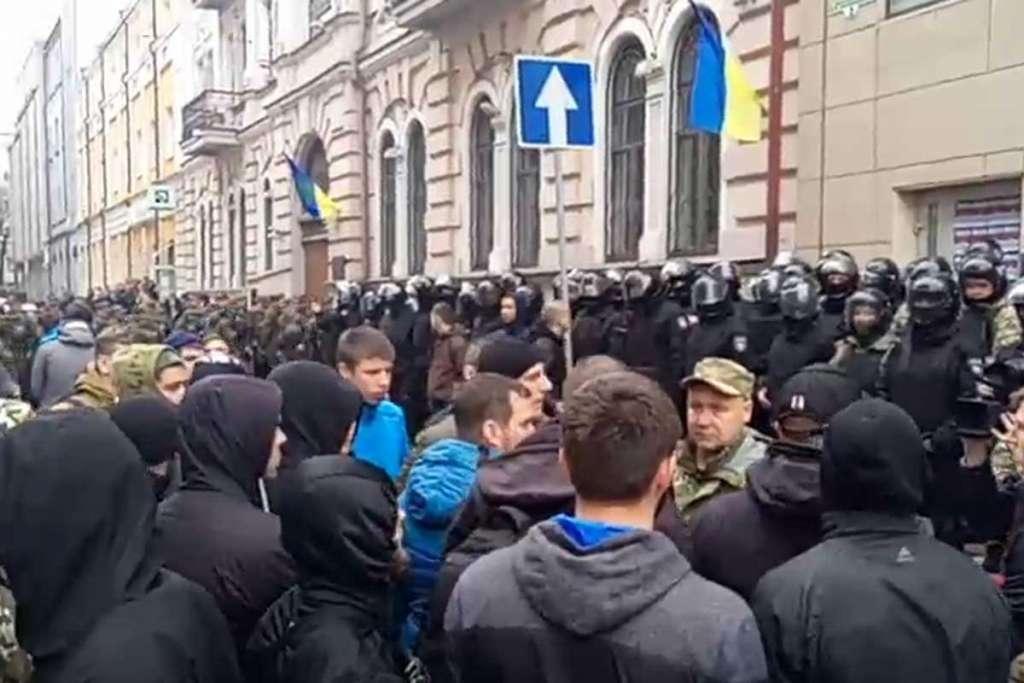 СРОЧНО! Что происходит в Харькове? Мирная блокада переросла в массовую драку. В ход пошла брусчатка!