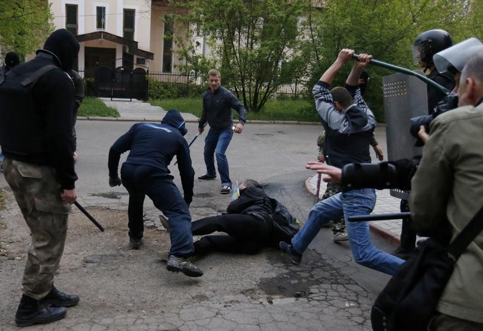 Били всех подряд: Как разгоняли мирный проукраинский митинг в Донецке. Нечеловеческая дикость (ФОТО 18+)