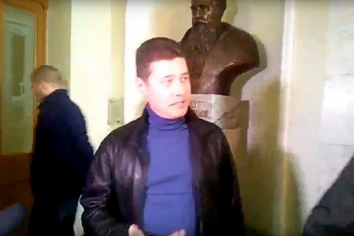НЕТ СИЛ ТЕРПЕТЬ: Львовянин вручил пакет с мусором Садовом (ВИДЕО)