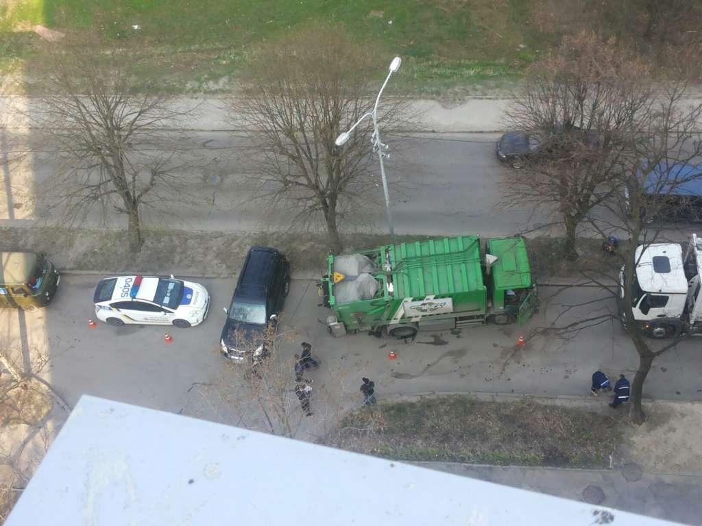 Доставка мусора в ад: Во Львове мусоровоз на дороге провалился под асфальт (ФОТО)